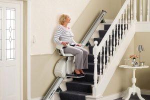 mujer-mayor-usando-salvaescaleras-serretecno